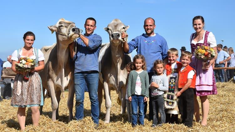 Die Preisgekrönten Kühe Grace und Larissa von Marco Müller (rechts), mit seinem Bruder Reto und seine Nichten und Neffen. Umrahmt von den Ehrendamen Anja Oppikofer links und Eliane Berner (Braunviehkönigin). (Bild: PD)