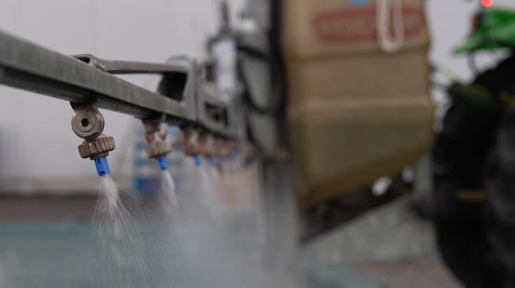 Um den Einsatz von Pestiziden zu senken, unterstützt der Bund etwa den Bau von gewässerschutzkonformen Waschplätzen. (Symbolbild) (Boris Bürgisser)