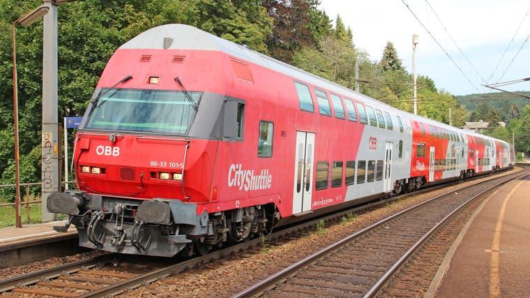 Ein aktueller Nahverkehrs-Doppelstöcker der ÖBB von Siemens, im Volksmund Wieselzug genannt, auf dem Weg nach Wien-Westbahnhof. (Bild: commons.wikimedia.org/NÖLB Mh(Eichgraben-Altlengbach, 21. August 2012))
