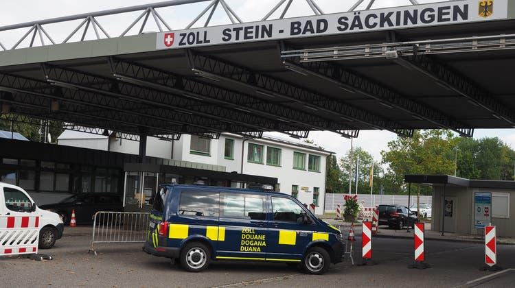 Am Zoll Stein-Bad Säckingen steht ein Auto der Grenzwacht, sie kontrolliert dort aber nicht. (Hans Christof Wagner  / Aargauer Zeitung)