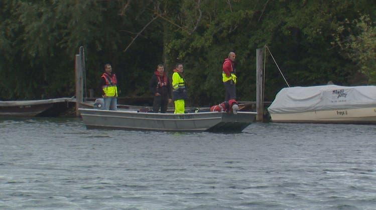 Rettungskräfte suchen nach den Vermissten eines Badeunfalls im Rhein bei Paradies (TG). In Schaffhausen wurden nun zwei Leichen geborgen. (Bild: BRK News (19. September 2021))