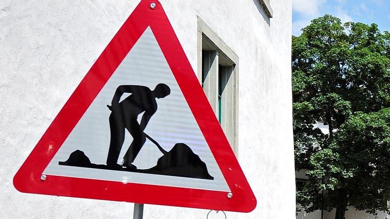 Strassen werden nach Hochwasser wieder in Ordnung gestellt in Thalheim ++ Auf der Dorfstrasse in Windisch wird die Deckschicht eingebaut