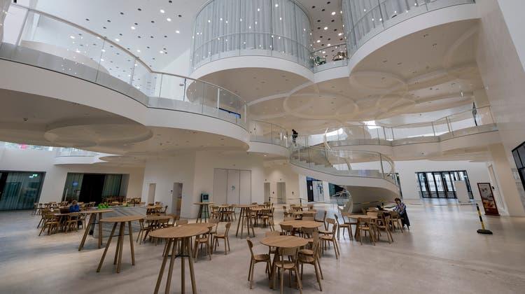 Das Biozentrum in neuem Glanz: Rund 900 Studierende dürfen hier lernen. (Bild: Kenneth Nars)