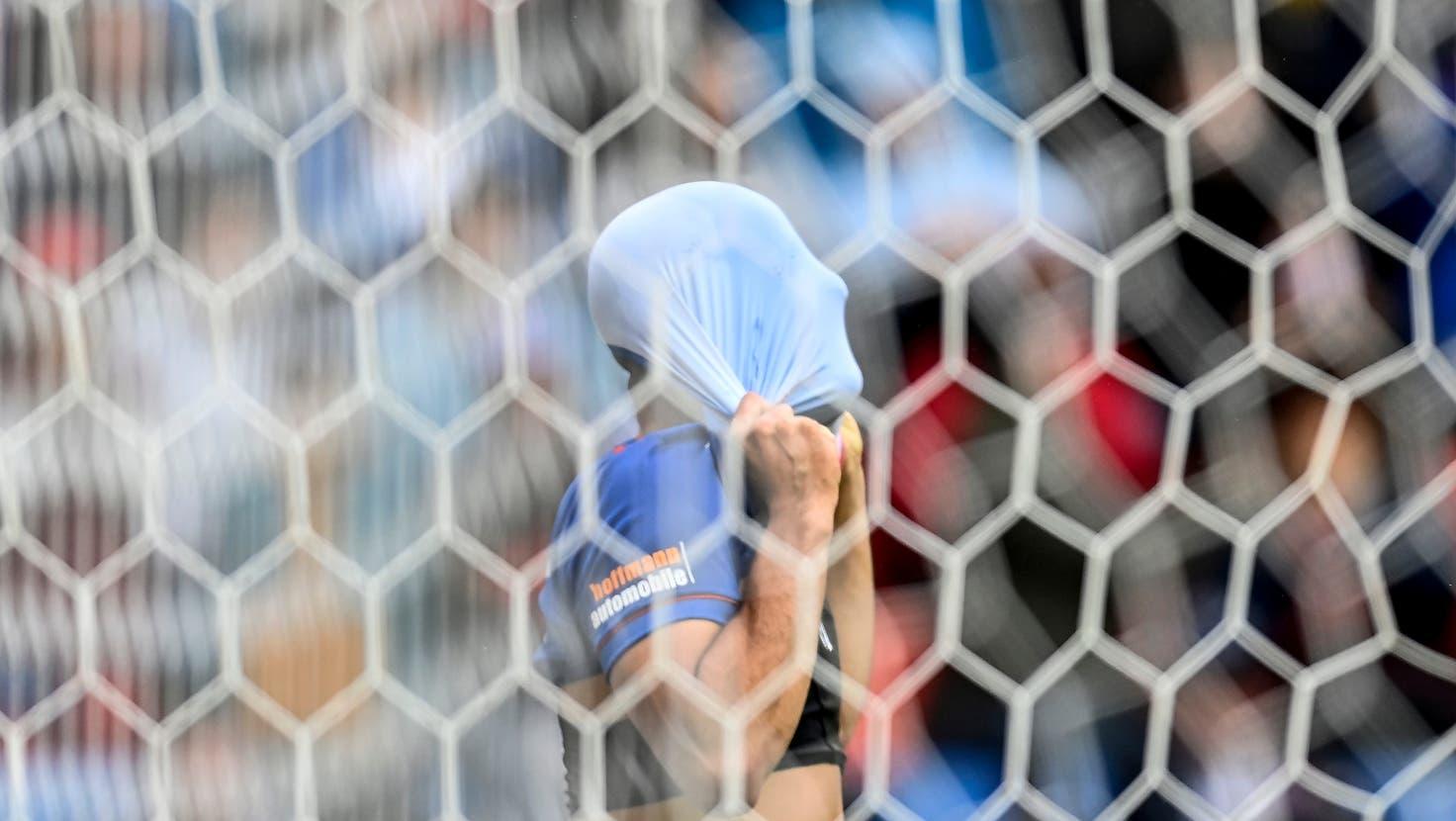 Arthur Cabral versteckt sein Gesicht nach einer vergebenen Chance. (Keystone)