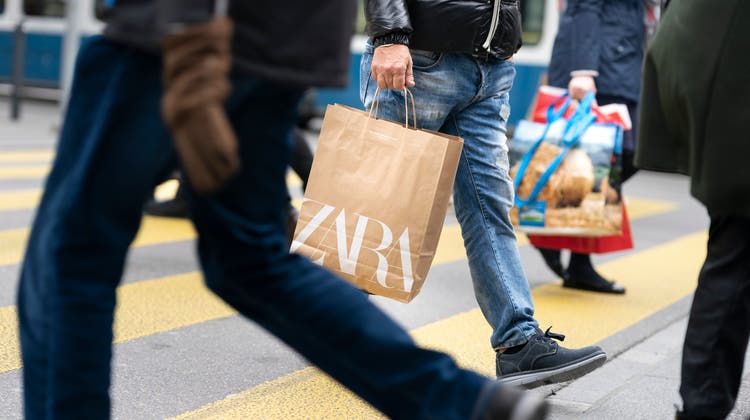 Bald auch sonntags? Shopping in der Zürcher Bahnhofstrasse. (Keystone)