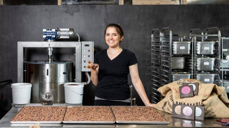 Britta Kürzi stellt in Schlieren in ihrer Schokoladenmanufaktur vegane Schokolade im Bean-to-Bar-Verfahren her. (Severin Bigler)