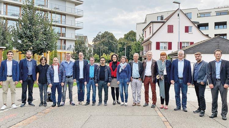 Beim Fototermin sind 16 der 20 FDP-Kandidierenden dabei. (zvg)