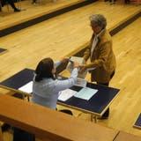 Bei diversen Kommissionen und Vertretungen kam es zu Kampfwahlen: SP-Präsidentin Angela Kummer bei der Stimmabgabe bei Stadtschreiberin Luzia Meister. (at.)
