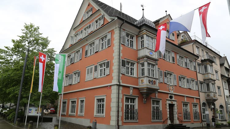 Hier kommt der fünfköpfige Stadtrat zusammen: das Rathaus an der Hauptstrasse in Rorschach. Was die Mitglieder beschliessen und weshalb, wird selten öffentlich. (Bild: Rudolf Hirtl)
