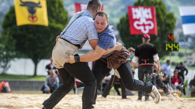 Samuel Giger (links) und Joel Wicki im 1. Gang des Innerschweizer Schwing- und Älplerfests (Bild: Urs Flüeler / Keystone (Ibach, 4. Juli 2021))