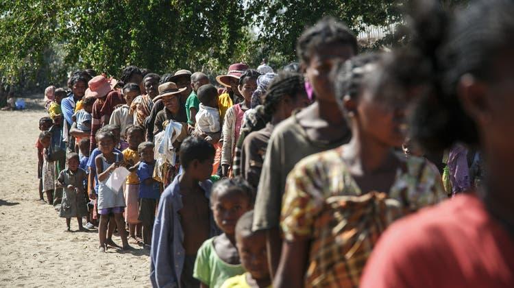 Von Mangelernährung Betroffene stehen in Madagaskar Schlange vor einer mobilen Klinik der Hilfsorganisation Ärzte ohne Grenzen. (Rijasolo / AFP (Befeno, 2. September 2021))