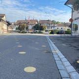 Die Fussgängerstreifen sind verschwunden, dafür zieren nun zahlreiche gelbe Punkte die Strasse. (Daniel Weissenbrunner)