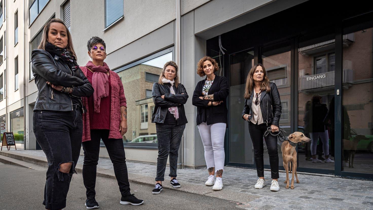 Fünf Kundinnen stehen vor dem ehemaligen Fitnesscenter Hotshape an der Ulmenstrasse 6 in St. Gallen, dessen Betreiber über 40 Frauen um Geld betrogen hat. Darunter Daniela Giezendanner (zweite von links) und Christine van der Velden (rechts). (Bild: Reto Martin (22. September 2021))