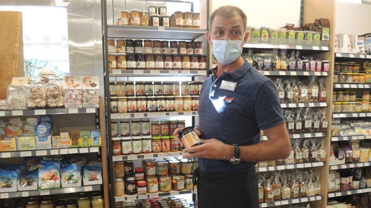 Christian Meier, der Geschäftsführer des Buono Delikatessen + Biofachhandel in Brugg, verkauft zwei Sorten Birnel in seinem Geschäft. (Carla Honold)