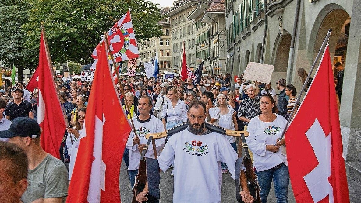 Demonstration gegen die Ausweitung des Covid-Zertifikates, am Mittwoch, 8. September 2021, in Bern. In Bern demonstrieren Hunderte Menschen gegen die Ausweitung der Zertifikatspflicht. Sie werfen dem Bundesrat vor, den Impfzwang durch die Hintert¸r einzufuehren. (KEYSTONE/Marcel Bieri) (Marcel Bieri / KEYSTONE)