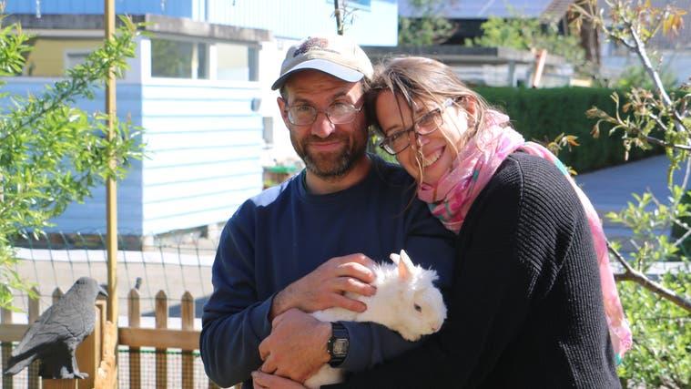 Haben sich die Pflege von Kleintieren auf ihrem Gnadenhof Tierparadies zur Lebensaufgabe gemacht: Reto und Martina Gschwend. (Bild: Dennis Kalt (14. Mai 2021))