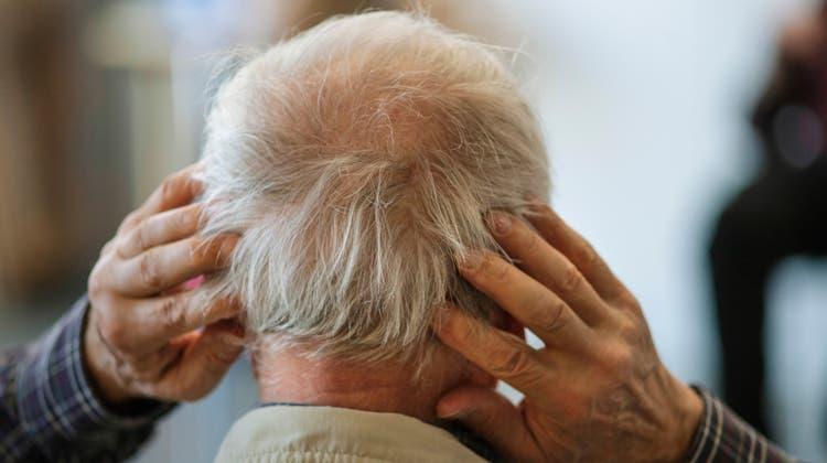 Wenn das Gehirn nicht mehr mitmacht. Ein an Alzheimer erkrankter Pensionärgreift sich an den Kopf. (Ursula Markus)