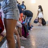 Bauchfrei? Kurze Hosen? Zumindest auf Sekundarstufe kennen alle Baselbieter Schulen teils seit Jahren Kleidervorschriften. Diese müssen nun überprüft werden. (Symbolbild: Francesca Agosta / KEYSTONE/Ti-Press)