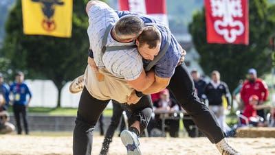 Joel Wicki (r.) duelliert sich mit Samuel Giger. Sie sind die Topfavoriten für denKilchberger Schwinget. (Urs Flueeler / KEYSTONE)