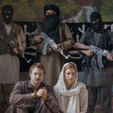 David Och (gespielt von Sven Schelker) und Daniela Widmer (Morgane Ferru) in Geiselhaft in «Und morgen seid ihr tot». (Bild: Buena Vista International)