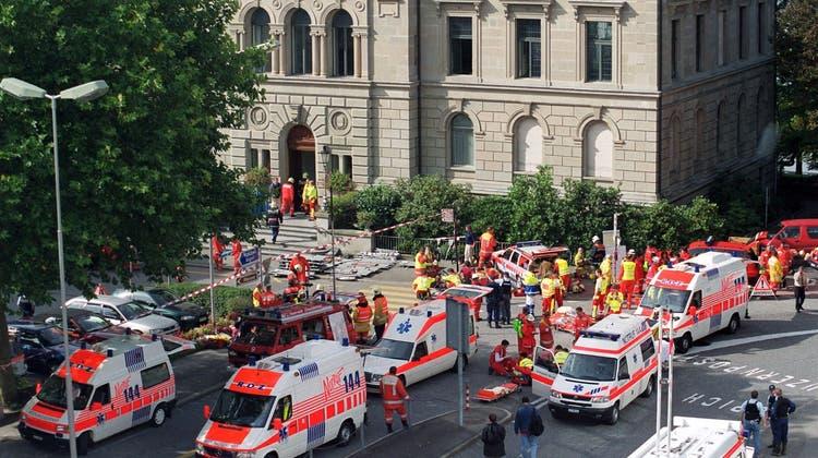 Feuerwehr, Rettungsdienst, Polizei am 27. September 2001 im Einsatz vor dem Zuger Regierungsgebäude. (Bild: Ana Cruz)