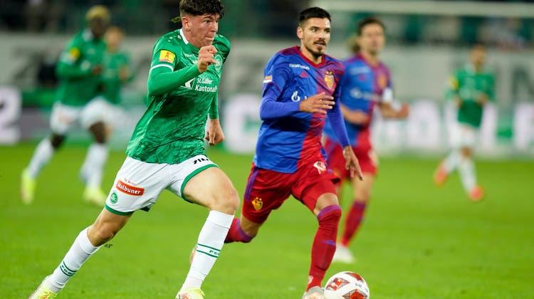 Alessio Besio(links) zieht an Raoul Petretta vorbei. Der Basler kann sich nur noch mit einem Foul behelfen. Ein Penalty-Pfiff bleibt aber aus. (Freshfocus)