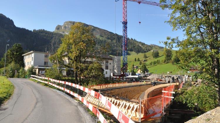 Der Bau des Klanghauses macht nötig, dass die Schwendistrasse umgelegt wird. Derzeit wird die neue Brücke erstellt. (Bild: Sabine Camedda)