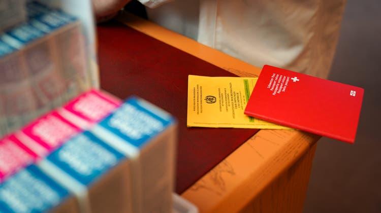 Über Telegram werden falsche Impfpässe verkauft und in Apotheken digitalisiert. (Bild: Raphael Rohner)