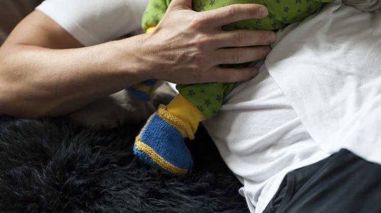 Vätern stehen nach bisheriger Reglung nur zwei Wochen Vaterschaftsurlaub zu. (Symbolbild) (Keystone)