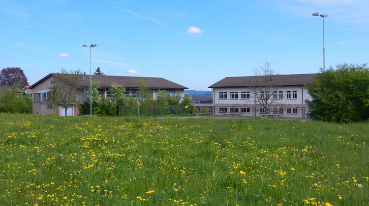 Zwischen dem Schulhaus und dem Werkhof soll ein Neubau erstellt werden, der die beiden Gebäude verbindet. (Rahel Meier)