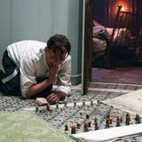 Oliver Masucci stemmt sich als Dr. Bartok mit dem heimlichen Schach gegen die geistige Aushungerung in der Gestapohaft. (Bild: Walker + Worm Film)
