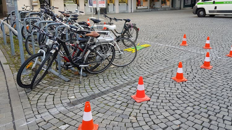 Die Stadt Aarau markiert neu rund um die Veloständer. (Nadja Rohner / Aargauer Zeitung)