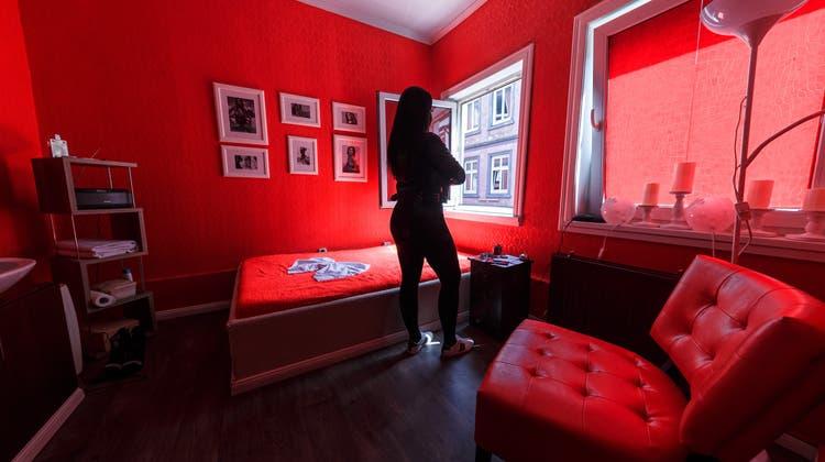 Die betroffenen Sexarbeiterinnen kamen zumeist aus China. In Basel sollten sie im Escortservice arbeiten. Der Beschuldigte fungierte dabei als Chauffeur, sagt er vor Gericht aus. (Symbolbild: Markus Scholz / DPA)