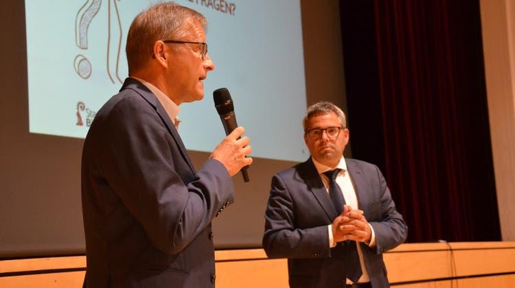Raumplaner Olaf Wolter und Stadtpräsident Thomas Weingartam «Inforum» in der Bitzihalle. (Bild: Christoph Heer (Bischofszell, 21. September 2021))