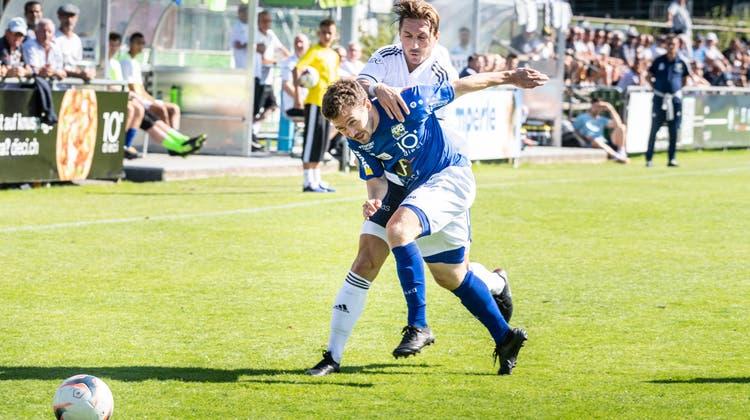 Kristian Nushi (in Weiss) und der FC Uzwil wollen am Wochenende den FCParadiso zu Fall bringen. (Bild: Andrea Stalder (Gossau, 04.09.21))