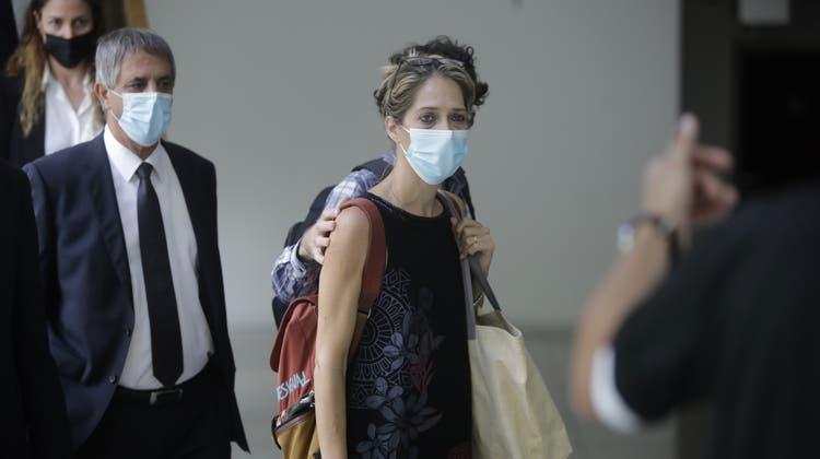 Eitans Tante aus Italien erscheint zum Gerichtstermin in Tel Aviv. (AP/Keystone)