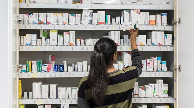 Dr. med. Thakshayini Pathmanathan, Fachärztin Allgemeine Innere Medizin FMH, beim Medikamentenschrank in der Walk-in Praxis Ärztezentrum Limmatfeld in Dietikon, am 8. März 2018. (Severin Bigler / LTA)