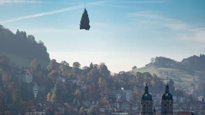 Eine Weihnachtstanne kommt auf den Klosterplatz geflogen – hier beispielsweise Anfang November 2016. (Bild: Benjamin Manser / KEYSTONE)