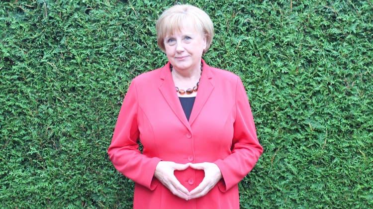 Die Raute macht sie schon beinahe automatisch, sobald sie den «Merkel-Blazer» trägt: Ursula Wanecki im Garten ihres Hauses in Attendorn. (crb/17.09.20221)