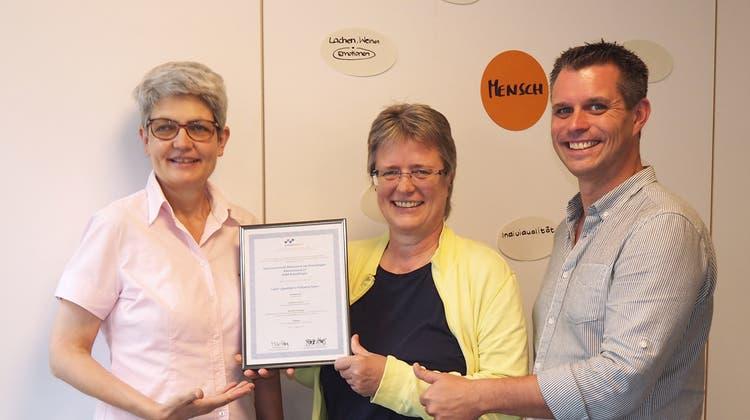Anna Jäger, Geschäftsführerin des Alterszentrums, Ulrike Köhler, Fachverantwortliche Palliative Care, undMathias Trempa, Leiter Qualität, freuen sich über das Zertifikat. (Bild: PD)