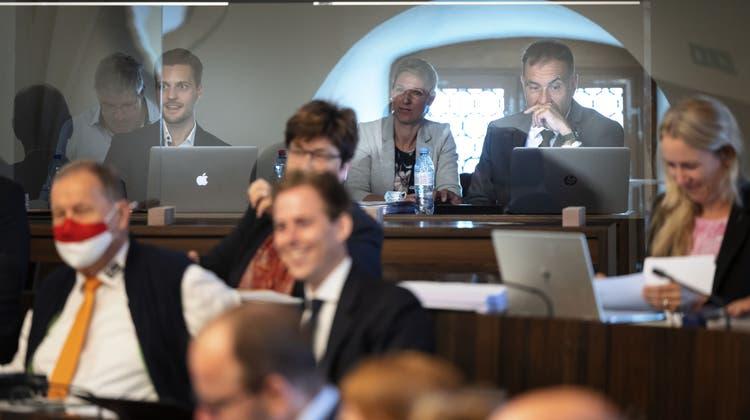 Abgeschottet: Durch eine Plexiglaswand von ihren Fraktionskollegen getrennte SVP-Kantonsräte ohne Covid-Zertifikat. (Hanspeter Bärtschi)