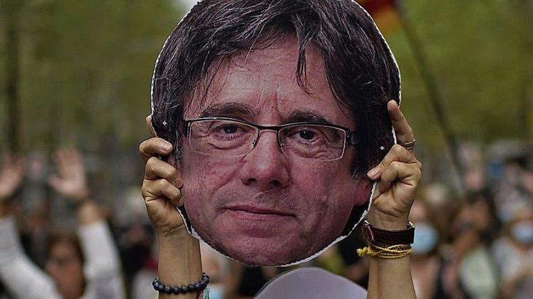 In der Ankunftshalle wartete die Polizei: Carles Puigdemontauf Sardinien festgesetzt