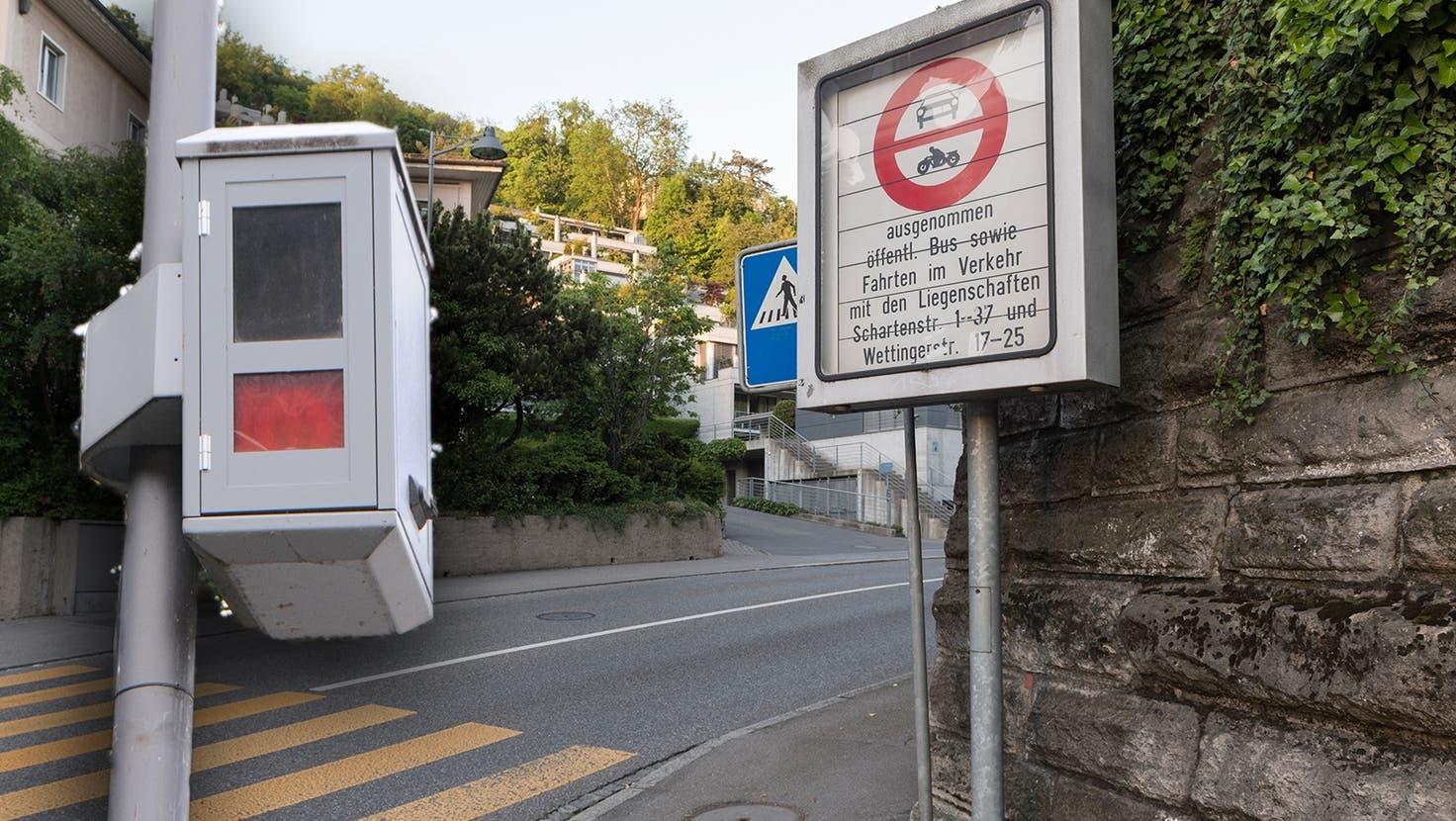 Die Fahrverbot-Kamera der Stadtpolizei Baden an der Schiefen Brücke, die Baden und Ennetbaden verbindet. (Philipp Zimmermann)