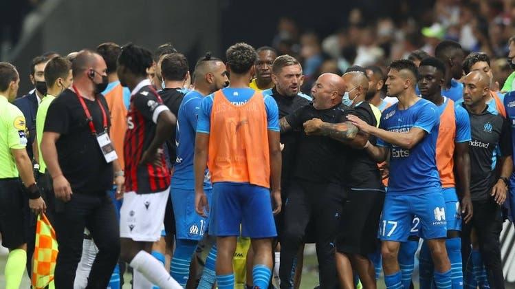 Am Mittwoch stürmten in Angers stürmten Fans auf den Platz. (Keystone)