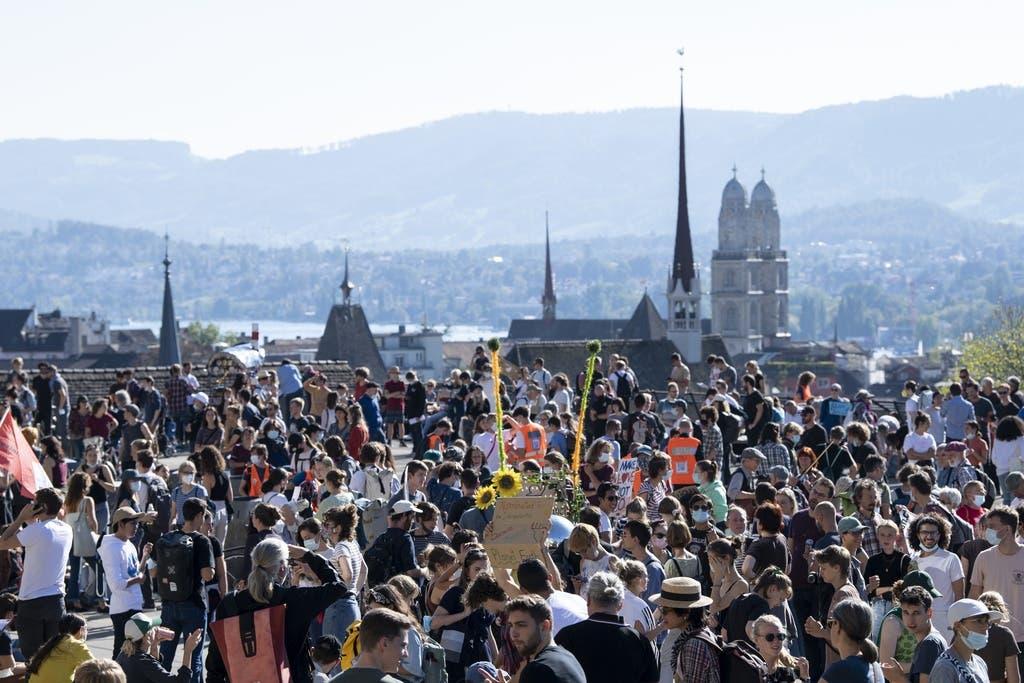 Demonstrierende finden sich am Freitagnachmittag auf der Zürcher Polyterrasse ein.