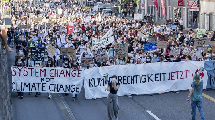 Die Klimabewegung ging am Freitag in verschiedenen Städten auf die Strasse, unter anderem in Zürich. (Keystone)