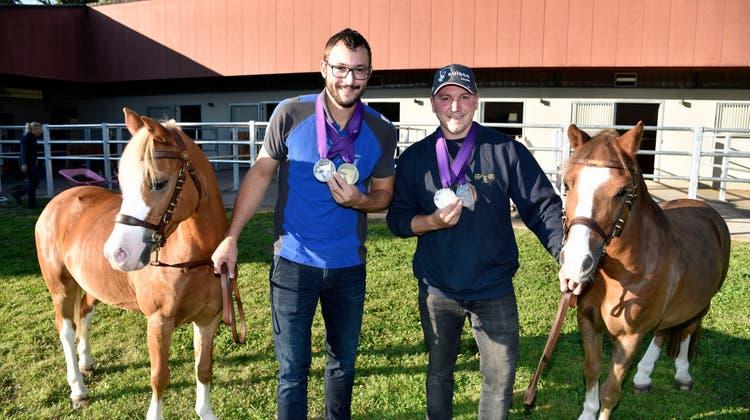 Weltmeister Crédric und Vizeweltmeister Yannik Scherrer präsentieren ihre Medaillen zwischen denPonys Trouble und Prinz. (Bild: Mario Testa)