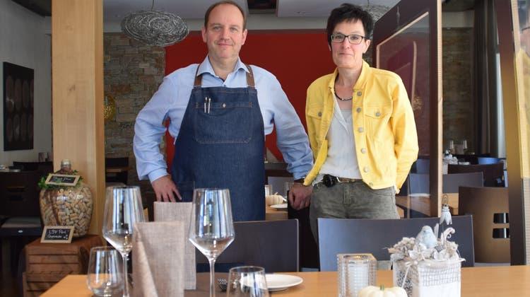 Die Tische im «Rössli»in Wohlen bleiben derzeit fast immer leer. Event- und Gastromanager Serge Derouck und Inhaberin Anita Wohler-Stenz kämpfen mit 50 bis 60 Prozent Gästerückgang. (Pascal Bruhin)