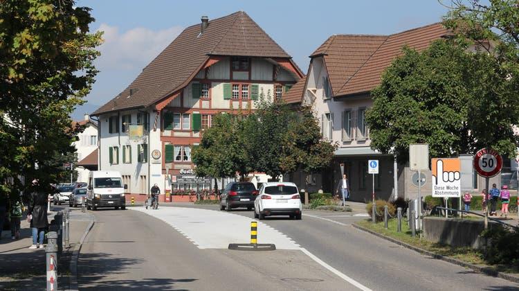 Die Kantonsstrasse inGränichen soll saniert werden. Der Mittelstreifen soll wie beim Gasthof zum Löwen und dem ehemaligen Bahnhof (heute Valiant-Bank) über weite Strecken durchgehend werden. (Daniel Vizentini)