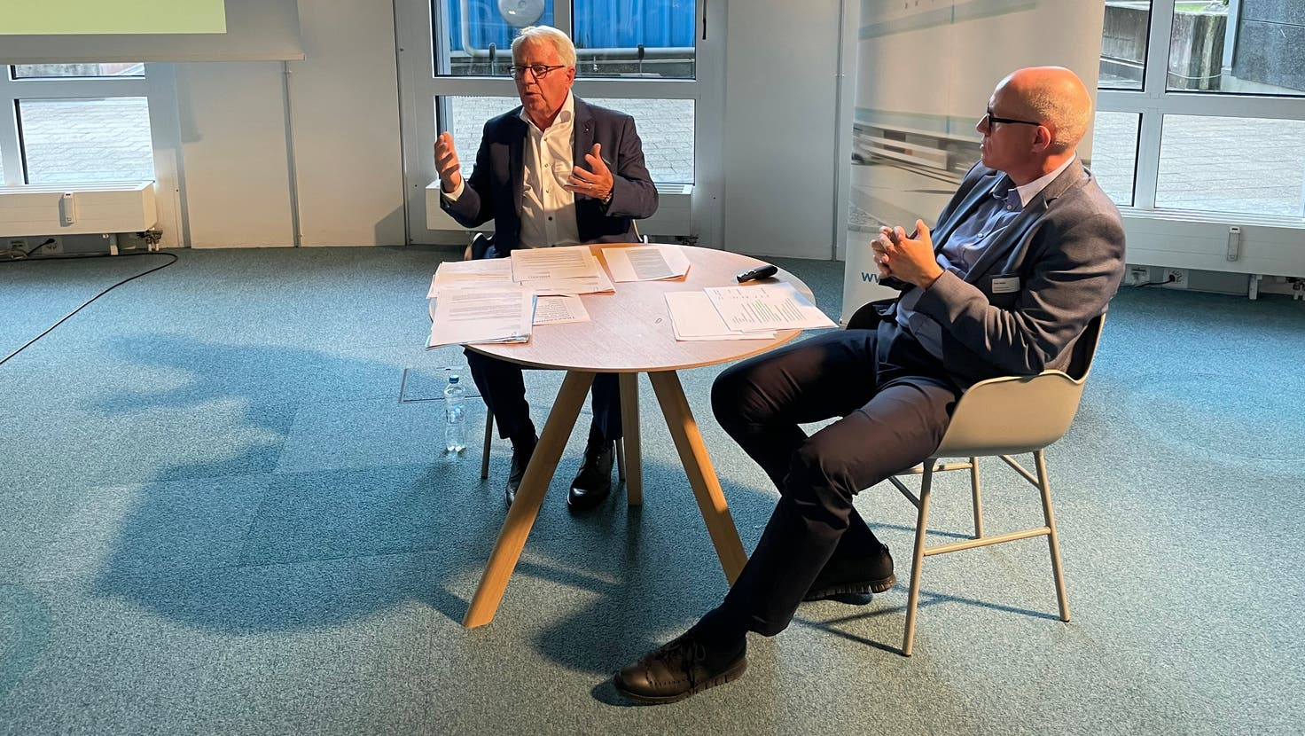 IG-Silbern-Präsident Urs Jenny und Gebietsmanager Dieter Beeler präsentierten den Geschäftsbericht als lockeres Gespräch. (Florian Schmitz / Limmattaler Zeitung)